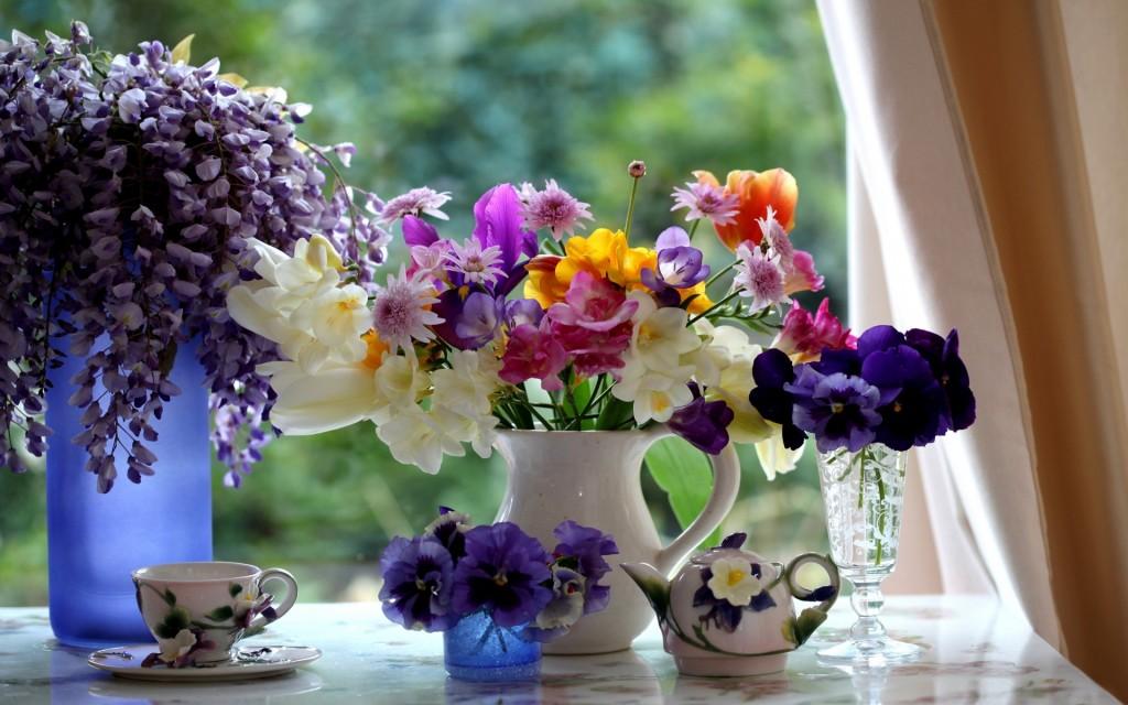 Vas-cu-flori-decorare-fereastra-dormitor.-1024x640