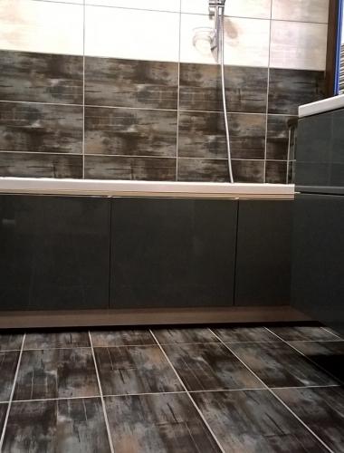 Amenajare baie cu gresie si faianta cu aspect de lemn gama REALITY