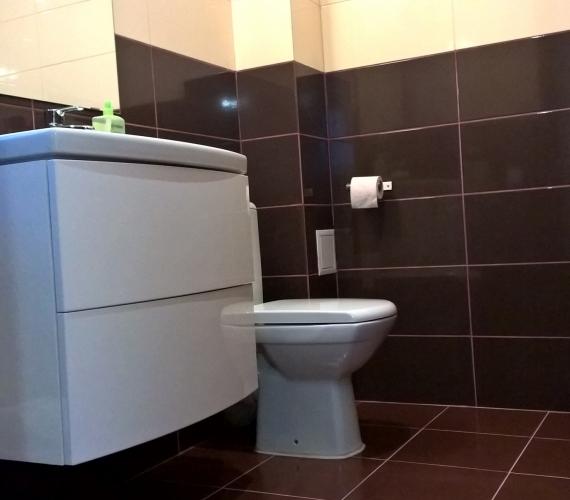 Amenajare baie cu gresie si faianta portelanata glazurata KEROS