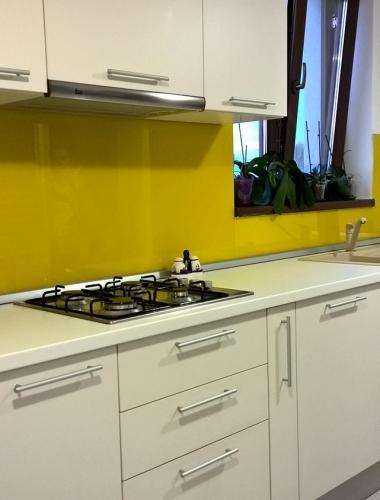 Amenajare bucatarie particilara in culori alb si galben