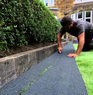 Cum se instaleaza iarba artificiala