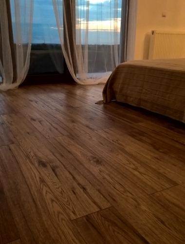 Dormitor amenajat cu parchet laminat KAINDL 10 mm clasa 32 AC3 Hickory