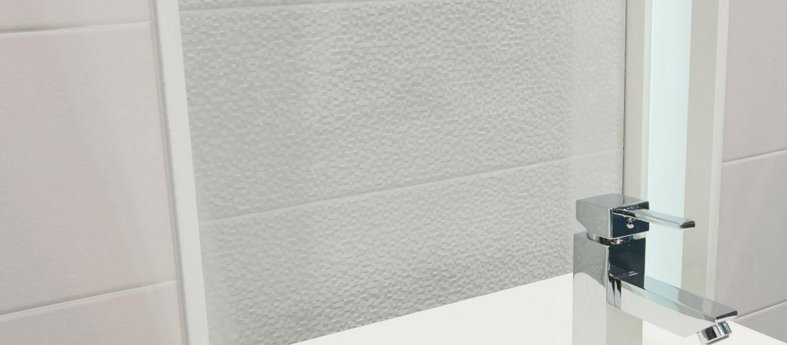 Faianta-mozaic-alba-cu-suprafata-satinata-gama-BOWLER