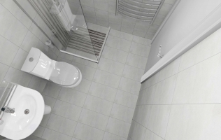 Amenajare baie cu faianta gri tip beton